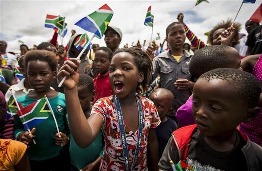 Trẻ em Nam Phi trong lễ tưởng niệm ông Nelson Mandela. Ảnh: EPA