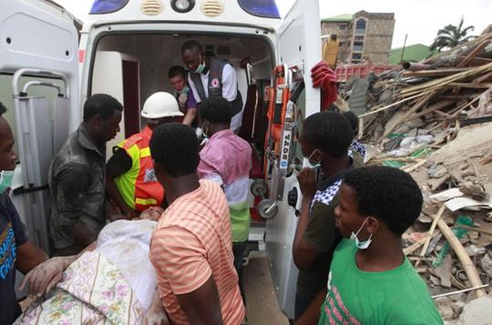 Ít nhất 40 người đã thiệt mạng sau khi một khu nhà dành cho khách nước ngoài của tổ hợp nhà thờ nổi tiếng SCOAN sụp đổ. Ảnh: AP