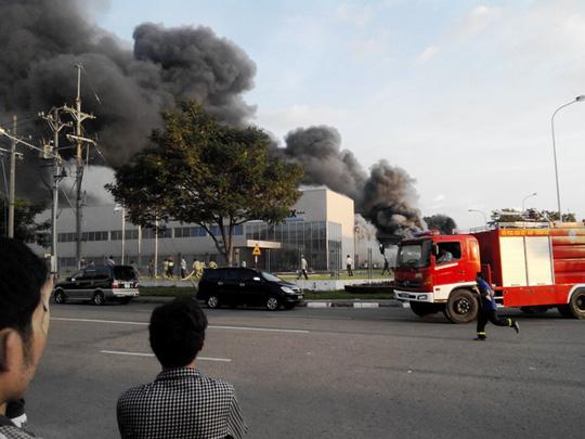 Lực lượng cứu hỏa khẩn trương