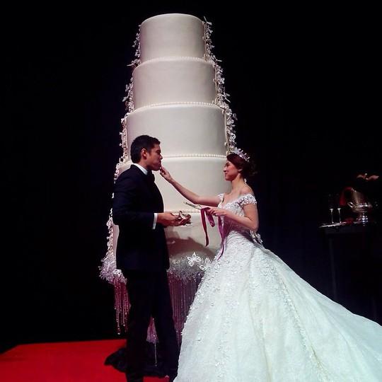 Bên bánh cưới khổng lồ