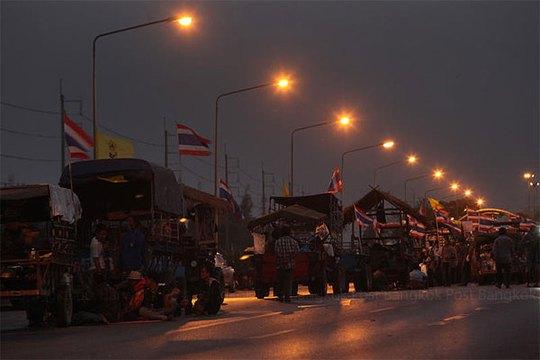 Nông dân từ miền Trung nghỉ qua đêm 20-2 trên đường cao tốc Châu Á tại tỉnh Ayutthaya. Ảnh: Bangkok Post