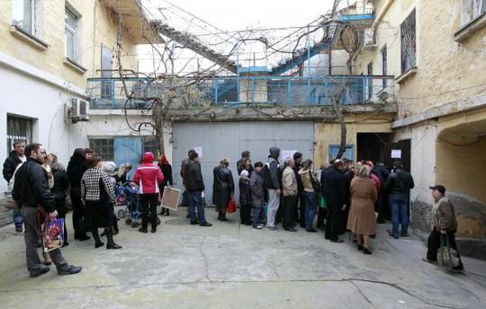 Người dân ở Sevastopol xếp hàng chờ lấy hộ chiếu Nga. Ảnh: Reuters