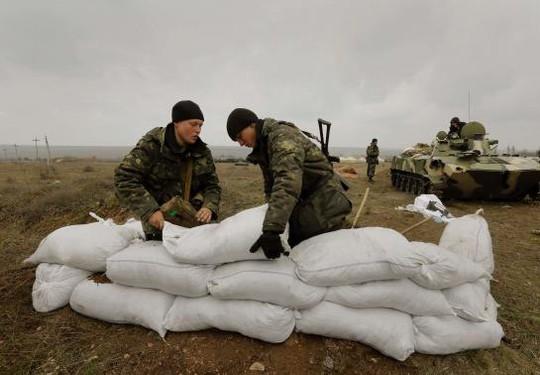 Binh lính Ukraine dựng rào chắn gần biên giới Nga ở vùng Don ngày 20-3. Ảnh: Reuter