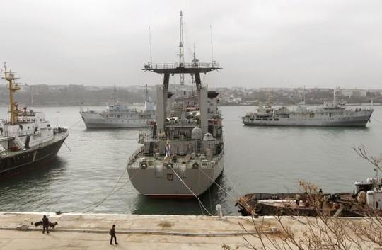 Tàu Slavutich của Ukraine (giữa) bị 2 tàu Nga kẹp chặt ở cảng Sevastopol ngày 20-3. Ảnh: Reuters