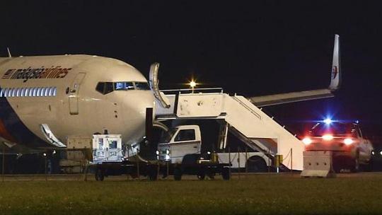 Chiếc Boeing 777 (chuyến MH192) sau khi hạ cánh khẩn cấp xuống sân bay quốc tế Kuala Lumpur  sáng sớm 21-4. Ảnh: REUTERS