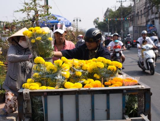 Nhiều người buôn bán nhỏ lẻ đến khu vực này để lấy hàng về bán, kiếm chút tiền lời đón xuân.