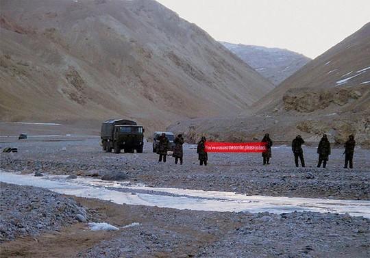 Lính Trung Quốc cầm biểu ngữ đi vào vùng Ladakh của Ấn Độ vào ngày 5-5-2013. Ảnh: AP