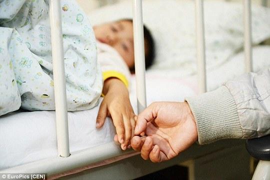 Bé trai đang dần phục hồi sau 3 ca phẫu thuật
