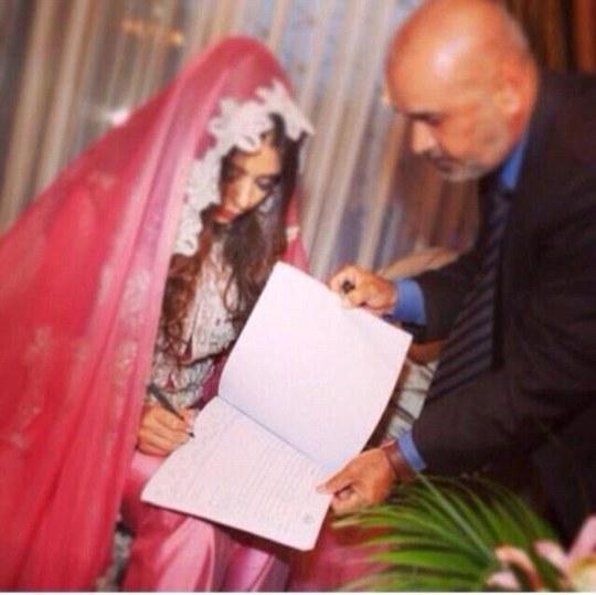 Cô Banin ký vào hợp đồngđơn kết hôn. Ảnh: Daily Mail