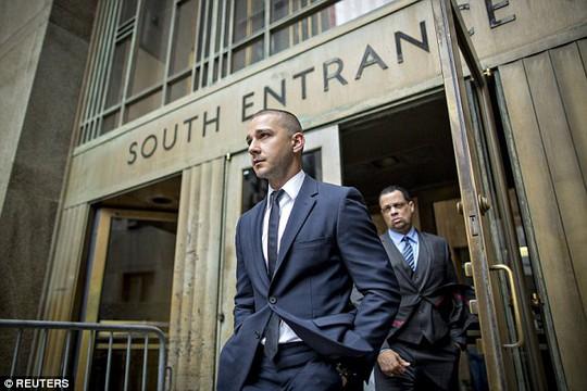 Tài tử Shia LaBeouf lịch lãm tại tòa án