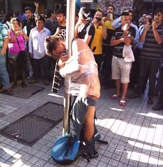 Bị lột quần áo, trói vào cột đèn vì cướp của người già