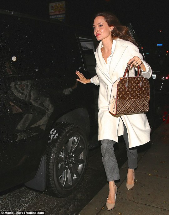 Angelina Jolie gặp tai nạn xe