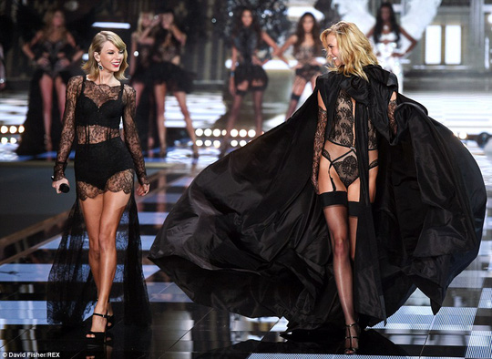 """""""Thiên thần"""" Victoria's Secret rạng ngời trên sân khấu"""