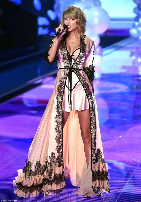 Taylor trình diễn trên sân khấu