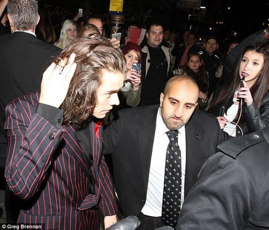 Harry rời đi nhanh chóng