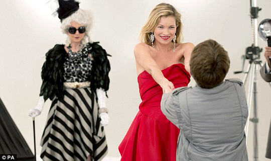 Kate Moss cuốn hút trong sắc đỏ
