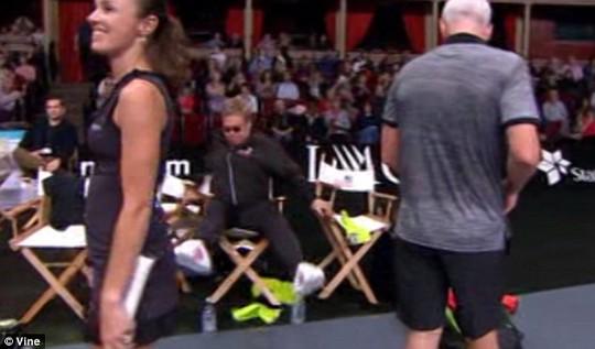 Danh ca Elton John đỏ mặt vì tự té khỏi ghế