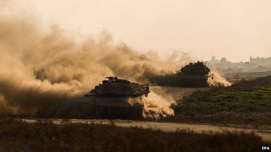 Xe tăng Israel tấn công Gaza. Ảnh: EPA