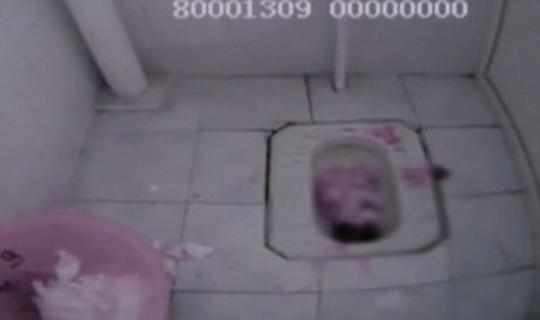 Cứu bé sơ sinh bị bỏ rơi trong bồn cầu
