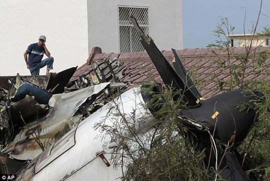 ...sau khi chiếc máy bay bị rơi gần khu dân cư. Ảnh: AP