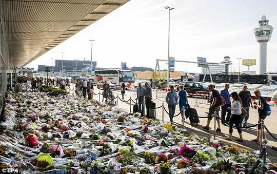 Biển hoa tưởng niệm nạn nhân trên chuyến MH17 tại sân bay Schiphol gần Amsterdam - Hà Lan. Ảnh: EPA