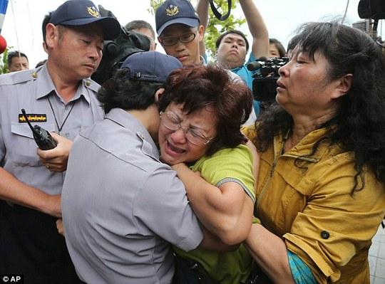 Thân nhân hành khách bị rơi máy bay ở Đài Loan đau đớn... Ảnh: AP