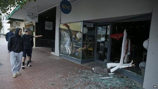 ...và nhiều cửa hàng bị hư hại. Ảnh: AP