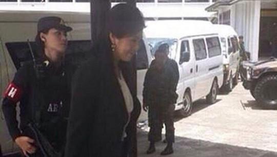 Ảnh độc quyền của Bangkok Post chụp thời điểm bà Yingluck bị bắt hôm 23-5. Ảnh: Bangkok Post
