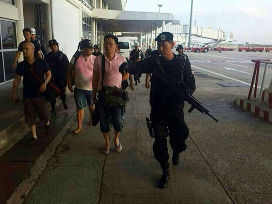 Hình ảnh con trai ông Thaksin (giữa) bị binh lính theo sát trên mạng. Ảnh: Facebook