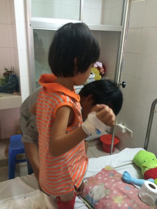 Sau khi bị yêu râu xanh xâm hại tình dục, cháu L.T.C (6 tuổi, phường Tân Phú) được đưa vào bệnh viện điều trị. Ảnh: C.T.V