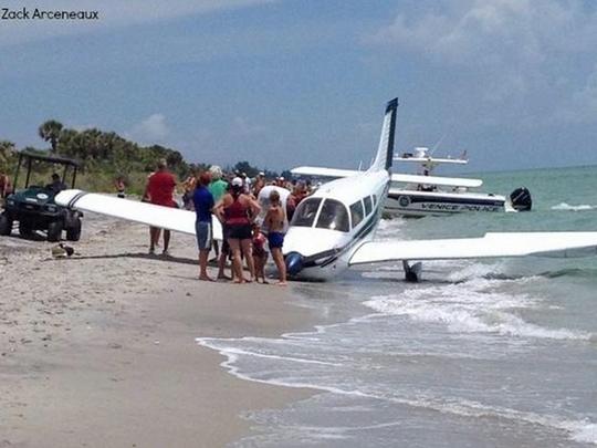 Chiếc máy bay rơi xuống bãi biển chiều 27-7. Ảnh: ABC News