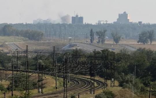 Khói bốc lên sau các cuộc pháo kích ở Donetsk hôm 27-8. Ảnh: REUTERS