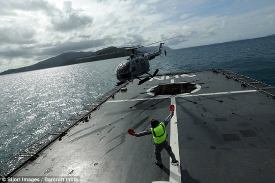 Trực thăng của Hải quân Indonesia tham gia tìm kiếm trên biển Java hôm 28-12. Ảnh: Barcroft India