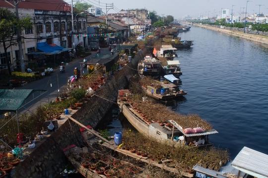 Hình ảnh trên bến dưới thuyền rất đỗi thân thương và quen thuộc của Sài Gòn mỗi độ xuân về.