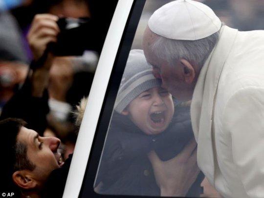 Giáo hoàng Francis hôn một em bé sáng 29-1. Ảnh: AP