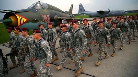 150 lính dù của Mỹ đến Ba Lan hôm 23-4. Ảnh: Reuters