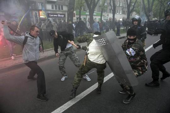 Người biểu tình ủng hộ Nga và ủng hộ Kiev đụng độ dữ dội ở Donetsk ngày 28-4. Ảnh: Reuters