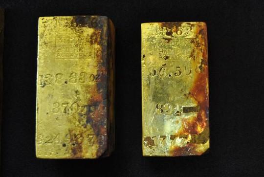 2 thỏi vàng được trục vớt từ đáy biển. Ảnh: AP