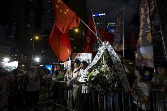 Người dân Hồng Kông tập trung trước trụ sở chính quyền thành phố tối 31-8. Ảnh: Reuters