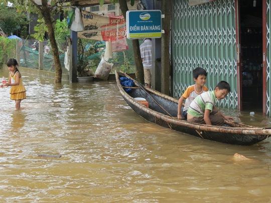 Nước ngập tại huyện Quảng Điền, người dân đi lại bằng ghe thuyền. Ảnh Quang Nhật