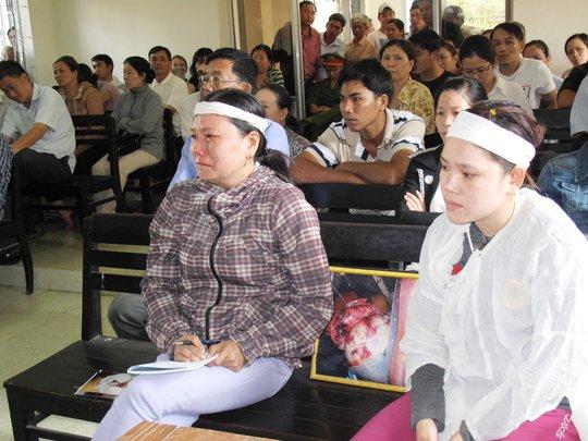 Người nhà nạn nhân khóc ngất khi nghe các bị cáo thay nhau đánh đập anh Ngô Thanh Kiều