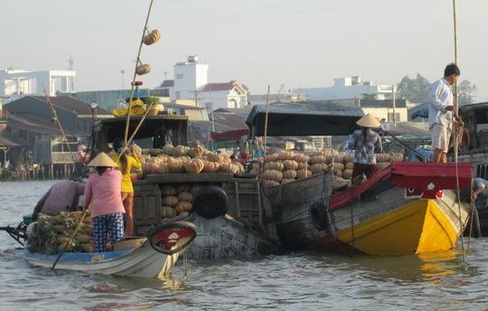Người dân buôn bán tại chợ nổi Cái Răng