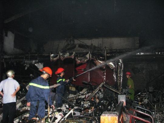 Lính cửa hỏa khống chế vụ cháy giữa đêm