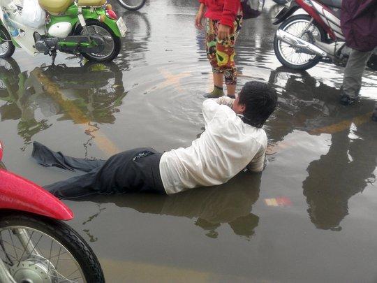 Các đối tượng giả bại liệt bán vé số và xin tiền trên Xa lộ Hà Nội (quận 2, TP HCM).