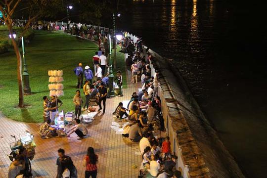 Bờ sông Sài Gòn phía quận 1 không còn một chỗ trống.