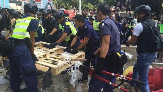 Toàn bộ chướng ngại vật gồm có hàng rào kim loại, bảng hiệu, tấm gỗ tái chế… bị tháo dỡ. Ảnh: Straits Times