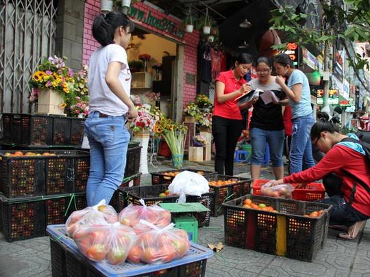 Hoạt động bán cà chua của một nhóm bạn trẻ Sài Gòn