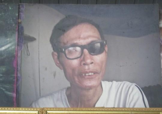 Tấm hinh chụp một người khuyết tật đeo kính đen hỏng 1 mắt kính được anh Biểu tâm đắc nhất