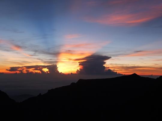 Tia nắng mặt trời lóe lên trên đỉnh Kinabalu