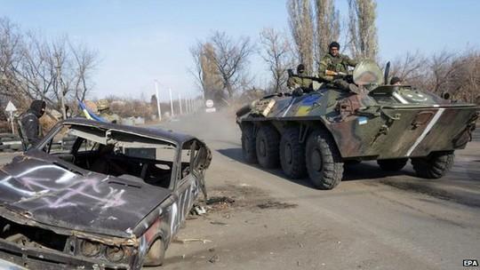 Chiến sự tiếp diễn ở Đông Ukraine sau lệnh ngừng bắn ngày 5-9 tại Belarus. Ảnh: EPA